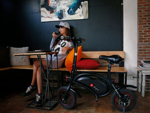 DYU seated e-scooter